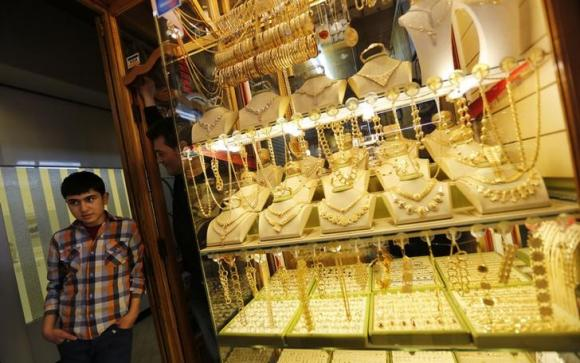Gold set for weekly loss on dollar, strong data